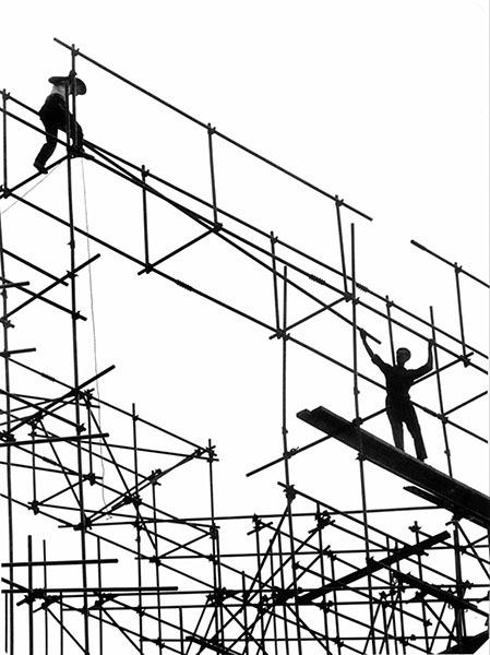 Hans Silvester: Stahlgerüstmontage, ohne Jahr. Silbergelatine, Vintage Print. © Hans Silvester / Leica AG
